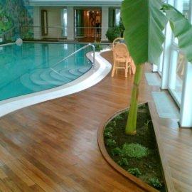 террасная доска тик у большого бассейна