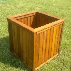 Ящик для хараниния из тика на зеленой траве