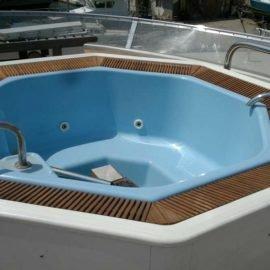 перелевная решетка у басейна на яхте